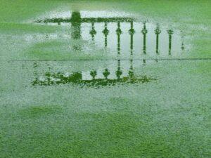 cesped artificial despues de la lluvia
