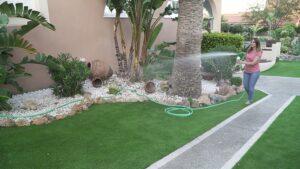 jardin cesped artificial y piedras